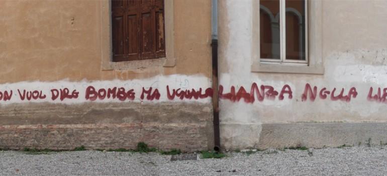 Una scritta rossa sul muro e un silenzio che pesa più di un macigno